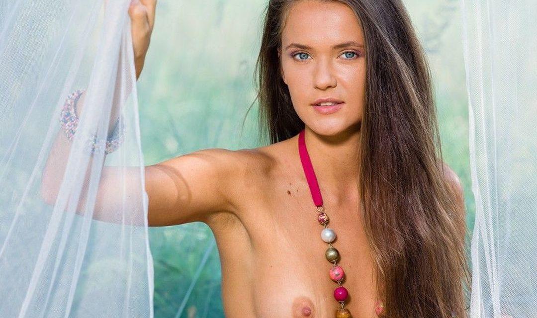 Anastasia Petrova trekt haar doorkijk body uit